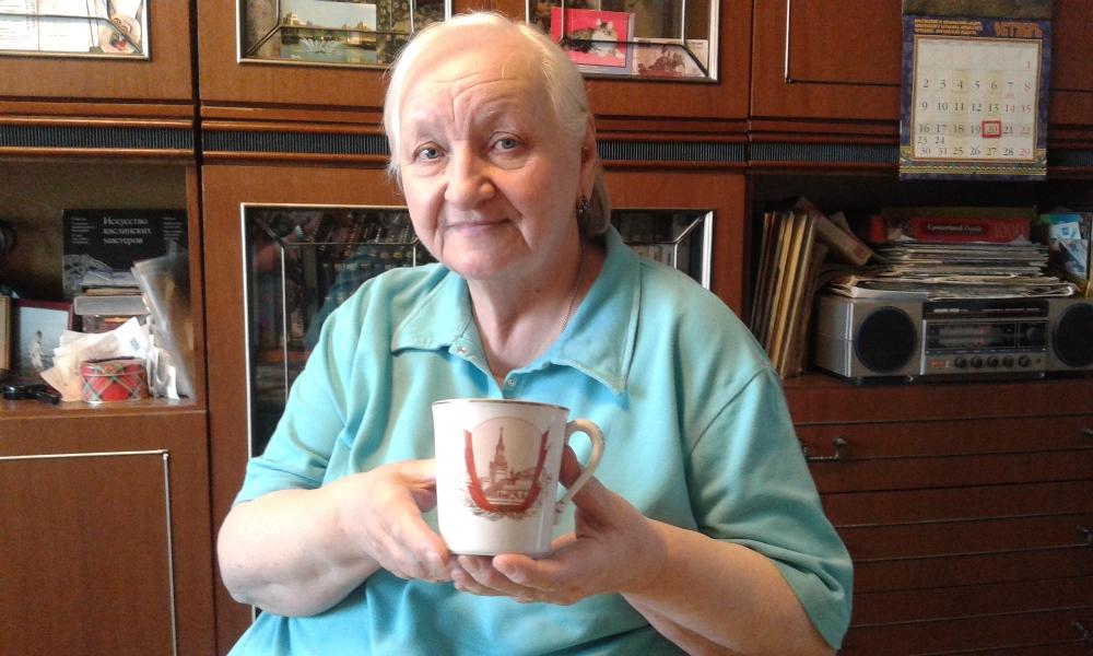 Людмила Голышева до сих пор хранит кружку с изображением Кремля, которую отец привёз из командировки.