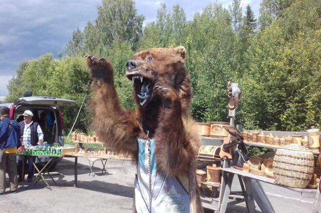 Чучело медведя продают прямо на трассе в Красноярском крае.