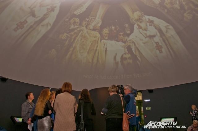 В купольном кинотеатре фильмы можно смотреть лёжа.