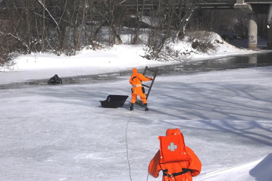 Действия спасателей на льду.