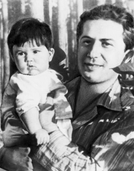 Яков Джугашвили с дочерью Галиной, 1940 г