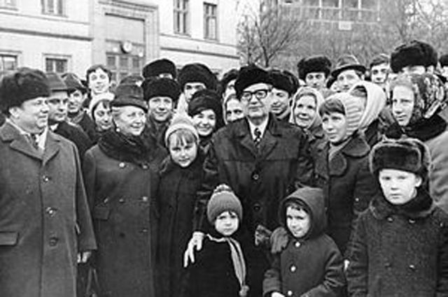 Во время своего последнего визита в СССР в 1972 г., в нарушение протокола, Сальвадор Альенде остановил кортеж на Площади Славы в Киеве, чтобы пообщаться с горожанами. Фото А. Т. Бормотова.