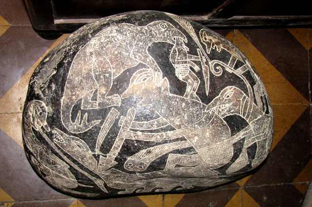 Камень Ики с изображением битвы людей с динозаврами.