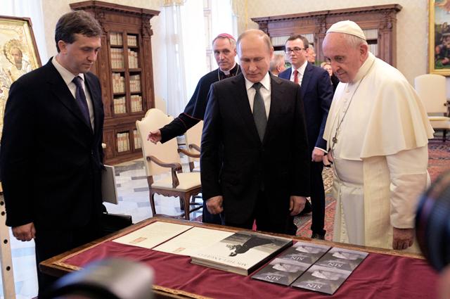 4 июля 2019. Президент РФ Владимир Путин и Папа Римский Франциск во время обмена подарками в Апостольской библиотеке в Ватикане.
