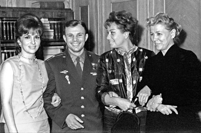 Итальянские актрисы Джина Лоллобриджида (слева) и Мариза Мерлини (вторая справа) во время приема в Министерстве культуры СССР с космонавтом Юрием Гагариным и министром культуры СССР Екатериной Фурцевой. 1961 год.