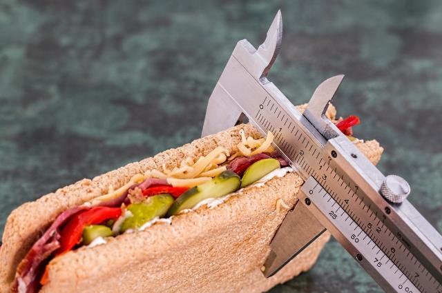 Большинство полных не считают перекусы приемом пищи.