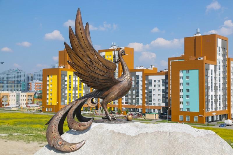 Птица счастья будто окутывает своими крыльями Академический район и дарит жителям заботу, свободу и счастье.