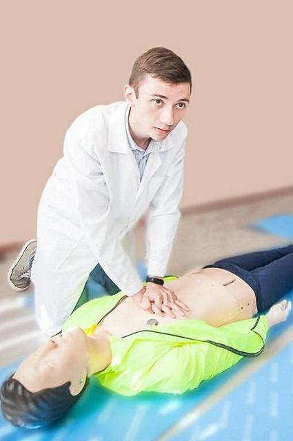 Роман Постаногов работает с симуляционным оборудованием для обучения студентов и врачей различным медицинским манипуляциям