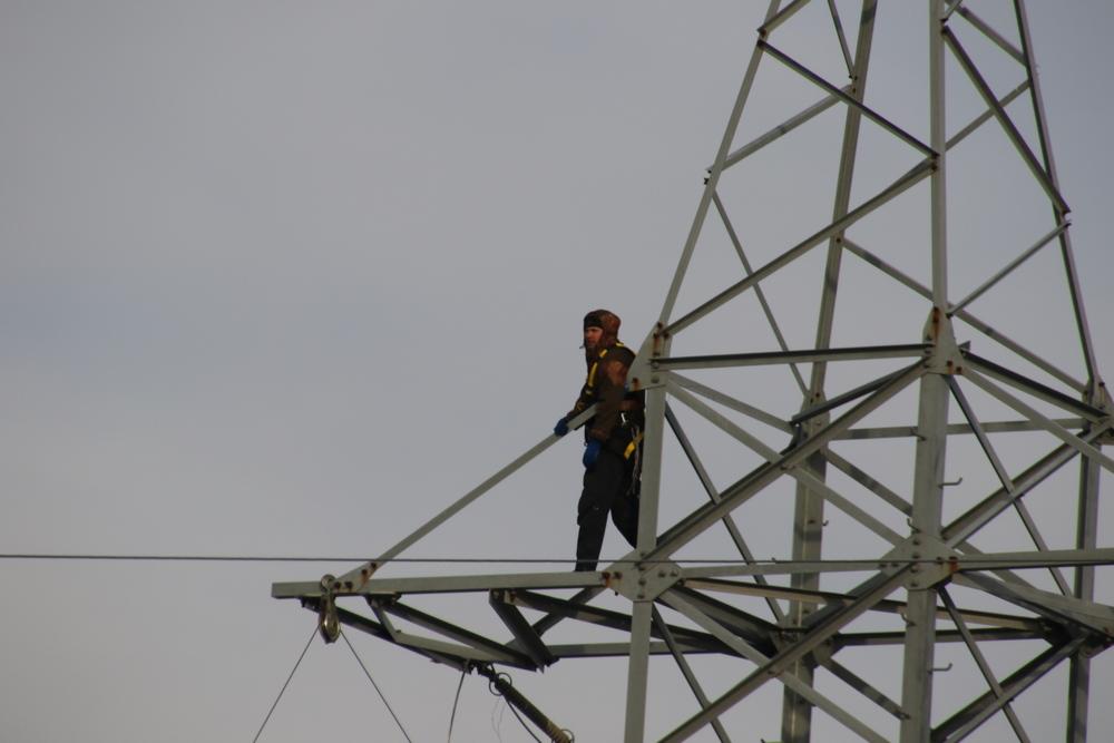 Энергетики восстанавливают линии электропередачи.