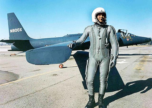 Фрэнсис Пауэрс у самолета U-2.
