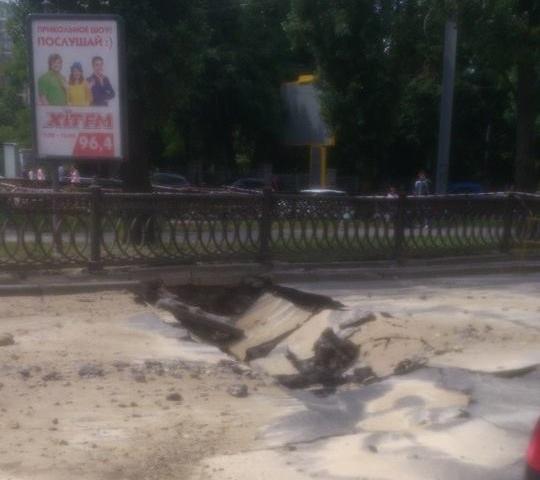 Прорыв теплотрассы на бульваре Шевченко в Киеве