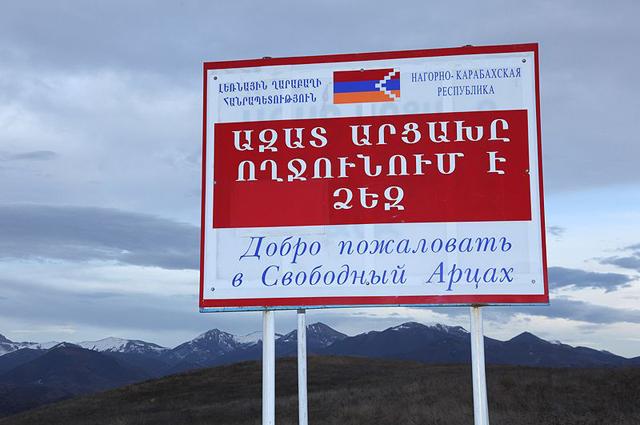 Стенд при въезде в НКР с надписью Добро пожаловать в Свободный Арцах на армянском и русском языках. 2010 год