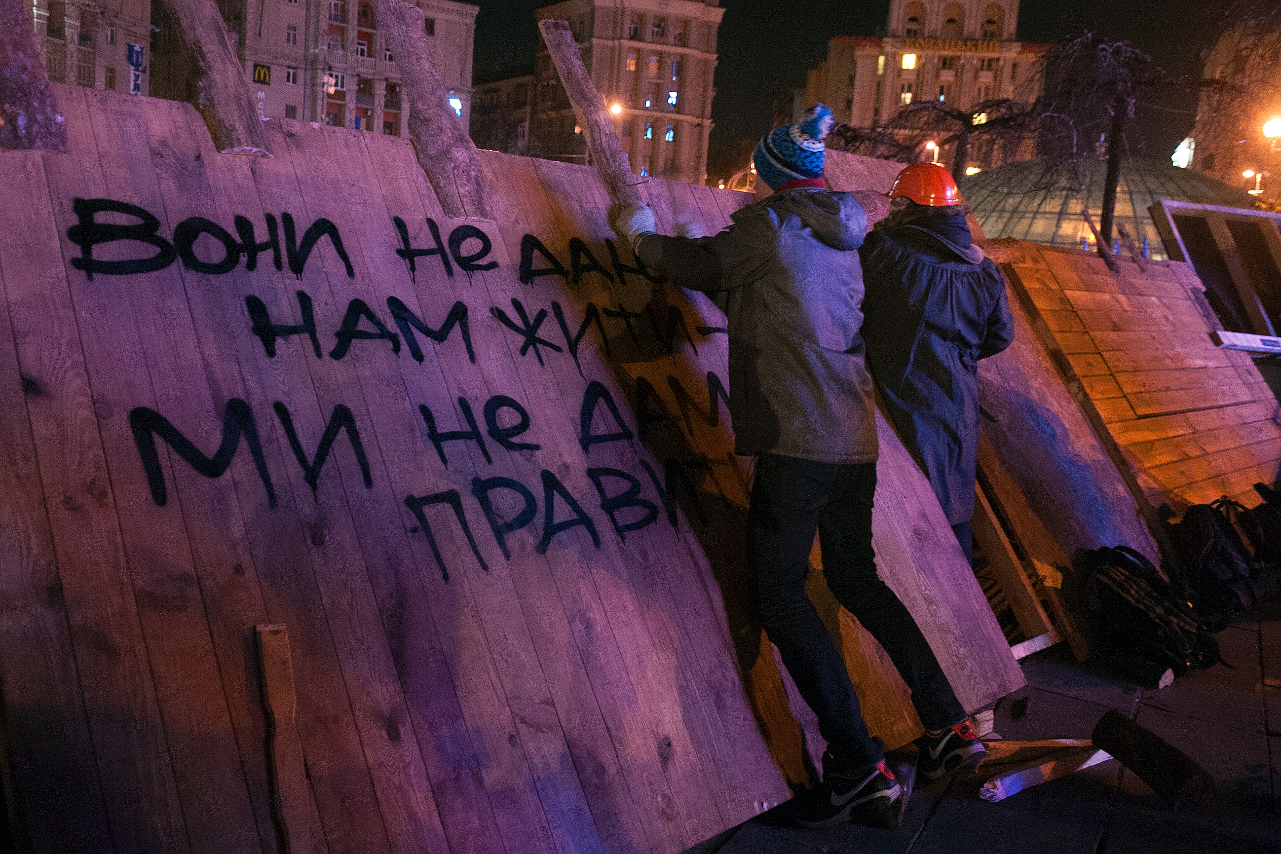 Участники акций протеста на Майдане возводят баррикады
