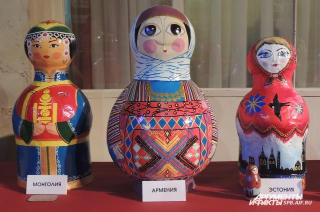 Каждая кукла отличается национальным колоритом своего государства.