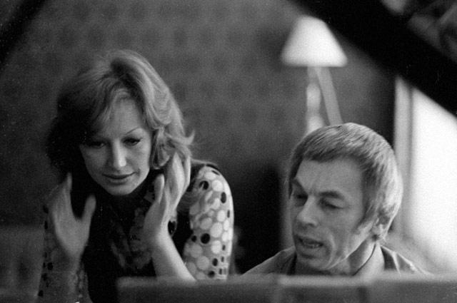 Композитор Александр Зацепин показывает новую песню Алле Пугачевой. 1976 год