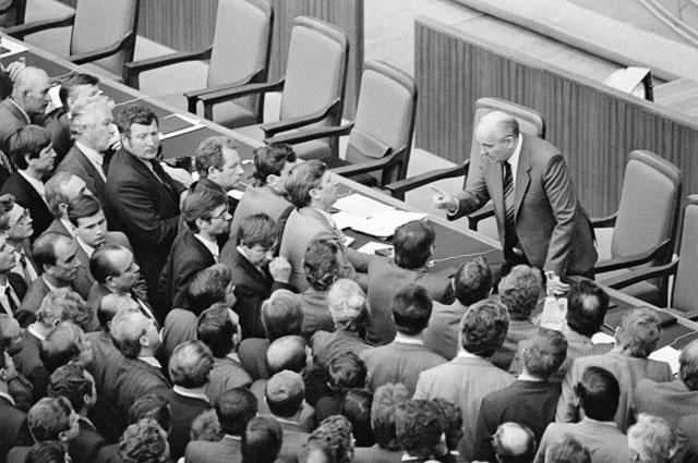 28.06.1988. Генеральный секретарь ЦК КПСС Михаил Сергеевич Горбачёв спорит с делегатами во время XIX (девятнадцатой) партконференции