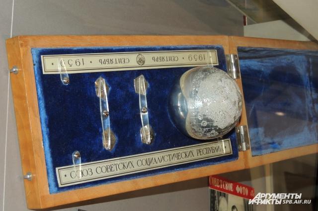 Такой же набор лунных вымпелов Хрущев подарил Эйзенхауэру.