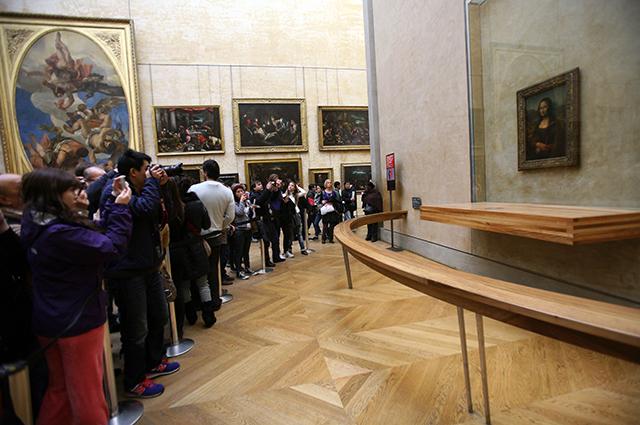 Посетители Лувра у картины.