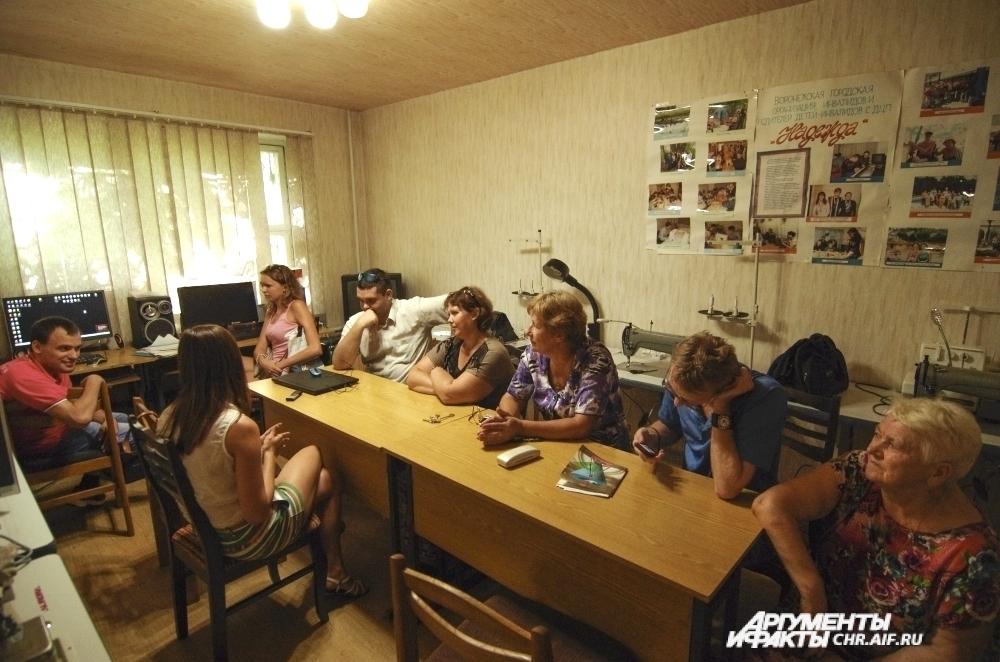 Воспитанники «Надежды» приходят в эту тесную комнату не столько ради учебы, сколько ради общения друг с другом.