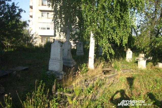 Ильдар Мубаракшин проделал большую работу на кладбище около церкви во имя Казанской иконы Божией Матери.