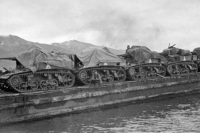 Десантная баржа с американскими легкими танками МЗ «Стюарт», поставляемые по ленд-лизу, направляются в район высадки морского десанта Станичка- Южная Озерейка, 1943 г.