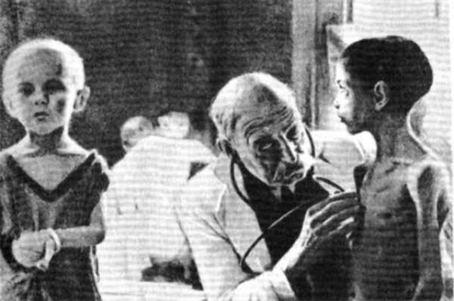 Дети блокадного Ленинграда страдали от дистрофии.