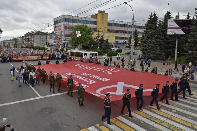 Перед колонной «Бессмертного полка» пронесли копию Знамени Победы.