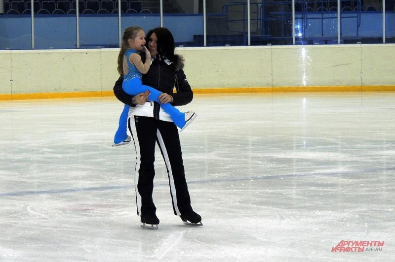 Тренер утешает девочку после падения