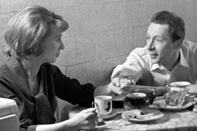 Народный артист РСФСР, главный режиссер московского театра-студии «Современник» Олег Ефремов и его жена, актриса Алла Покровская. 1964 год.