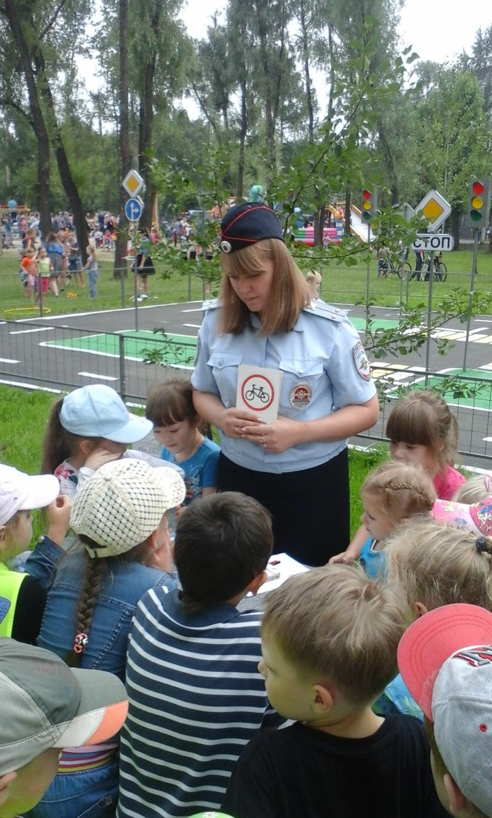 Родители - сотрудники полиции обучают детей правилам дорожного движения.
