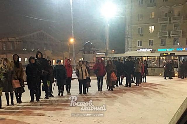 Никита Королёв: «19:46. В очереди на 71 автобус на Центральном рынке насчитал около 100 человек. На фото - хвост очереди».