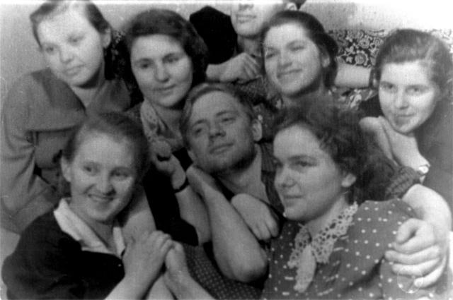 Юрий Визбор в окружении сокурсниц МГПИ. 60-е гг. Фотография из личного архива Юрия Визбора.
