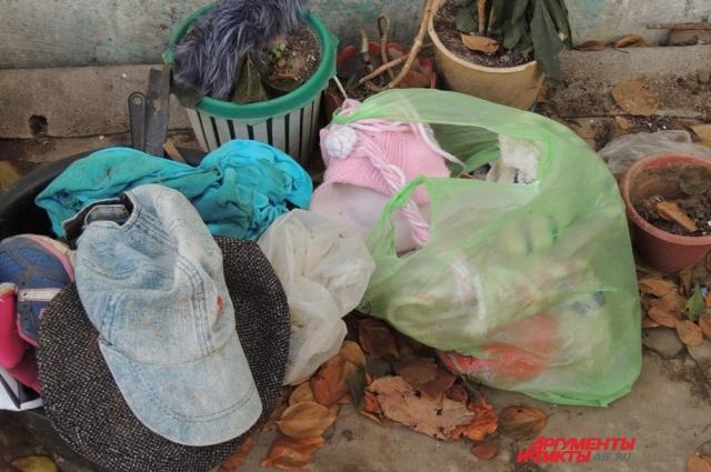 Остатки детских вещей выкинули на улицу.