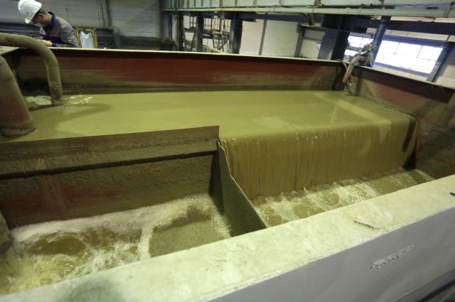 Это избыточная оборотная вода, которая поступает с бумаго- картоноделательной машин для очистки на флотаторе
