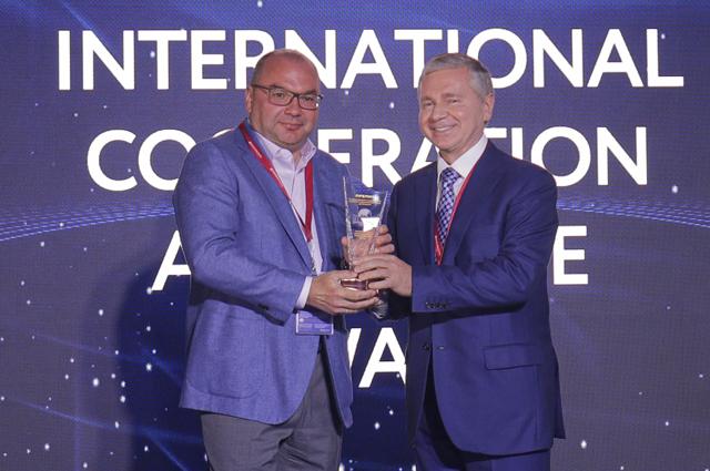 Сергей Черëмин вручает награду Сергею Михайлову.