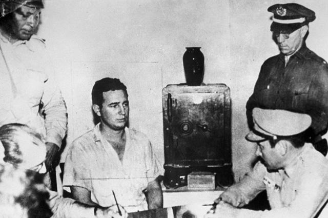 Фидель Кастро дает показания в тюрьме Вивак Сантьяго де Куба. 1953 год