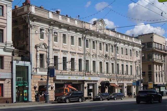 Дом № 14 по Тверской улице (Елисеевский магазин). На втором этаже здания находится Музей-квартира писателя Н. А. Островского, который жил здесь и работал над романом «Рождённые бурей». Здесь же писатель провёл последние месяцы своей жизни.