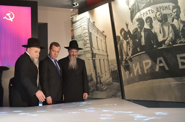 Председатель правительства РФ Дмитрий Медведев во время посещения Еврейского музея и центра толерантности в Москве.