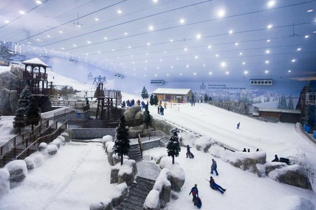 400-метровый лыжный склон на курорте Ski Dubai вмещает 6000 тонн снега.