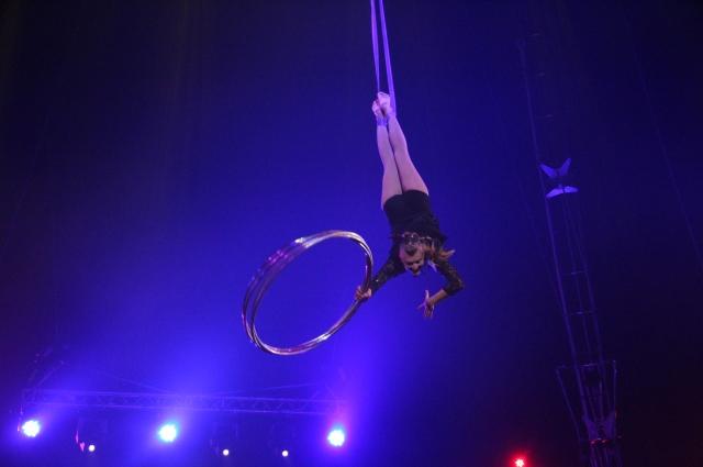 С хула-хупом под куполом цирка.
