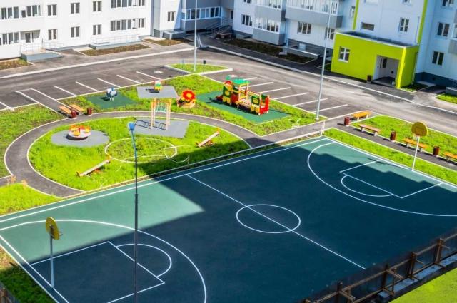 Во дворе построили современную баскетбольную площадку.