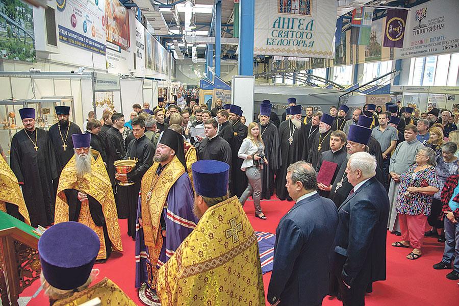 Православную выставку начали с торжественного молебна.