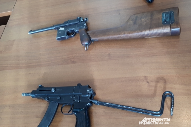 Самозарядный пистолет «Маузер», попавший в Казань с белогвардейцами, пистолет-пулемет «Скорпион».