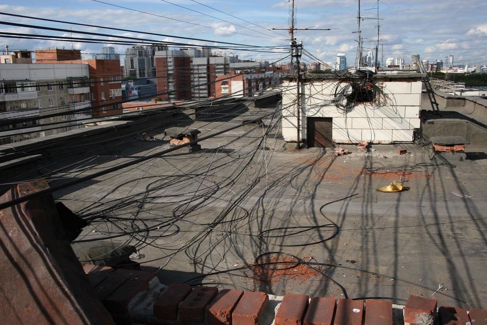 Так выглядела крыша дома на ул. Сурикова, 31 в Екатеринбурге, пока её не начал обустраивать Николай Моргунов.