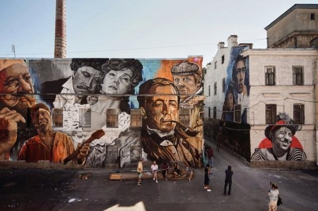 На четырех фасадах «Ленфильма» за несколько дней появились изображения героев советского кино, кадры из фильмов, абстракции; и выглядит это очень эффектно.
