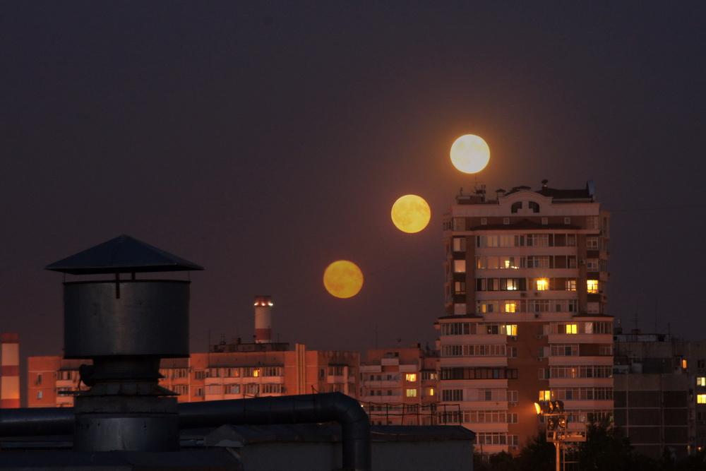 Путь Луны над домами Краснодара.