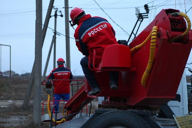Бригады энергетиков оперативно устраняют аварии.