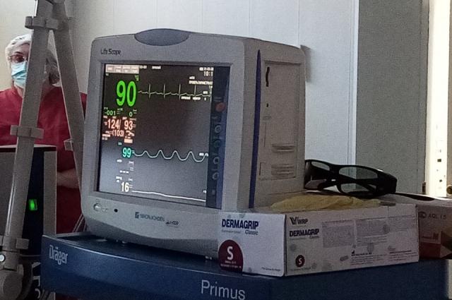 Хирурги следят по монитору за состоянием пациента.