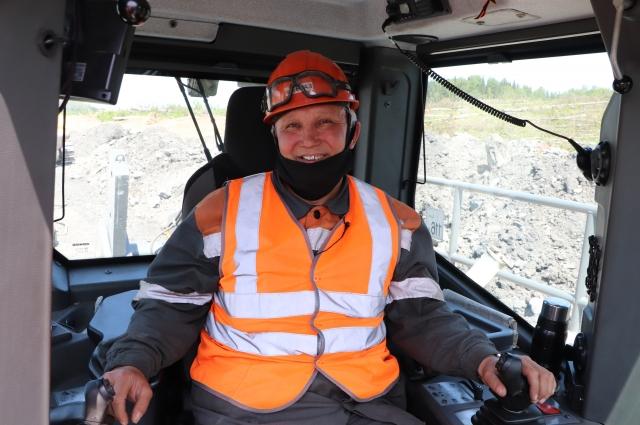 Ренат Сабиров, машинист разреза «Распадский», в кабине нового бульдозера Liebherr.