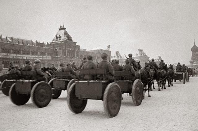 День Октябрьской революции отмечали даже в тяжелом 1941 году. После военного парада прямиком на фронт.